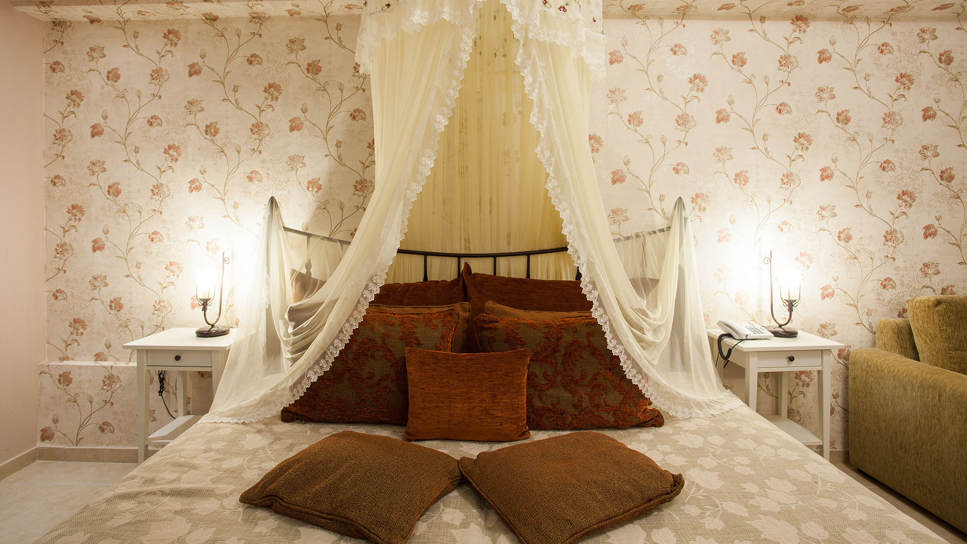 Achtis Hotel has luxury 4 star hotel suites in Afitos, Halkidiki.